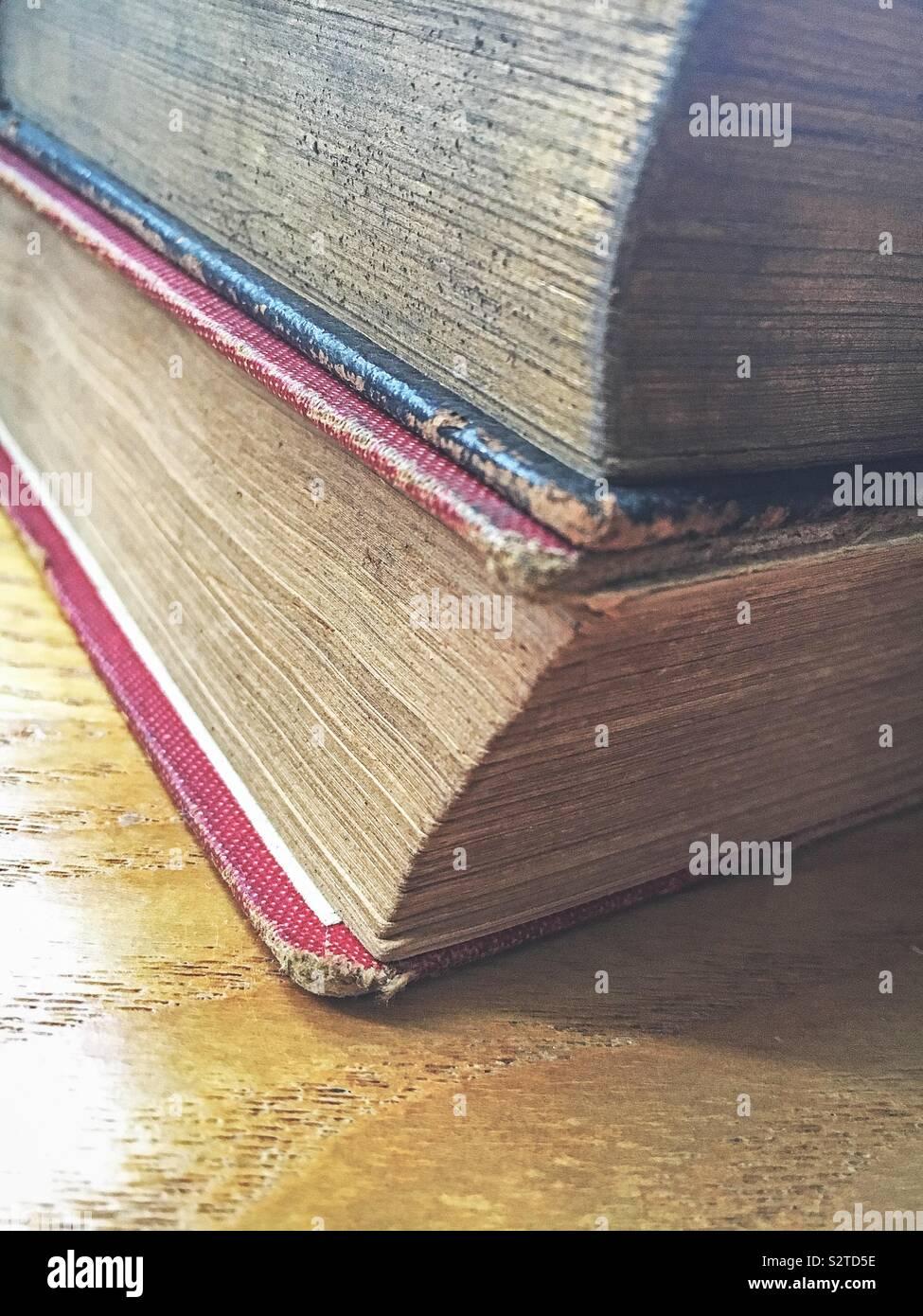 Deux vieux vintage livres posés sur une table en bois Banque D'Images