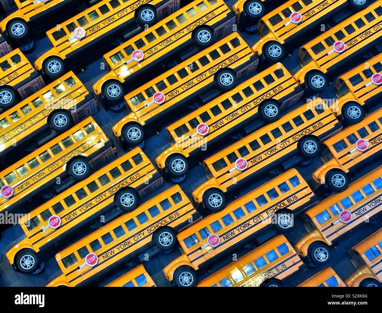 Toy New York City bus scolaires dans une vitrine de magasin. Banque D'Images