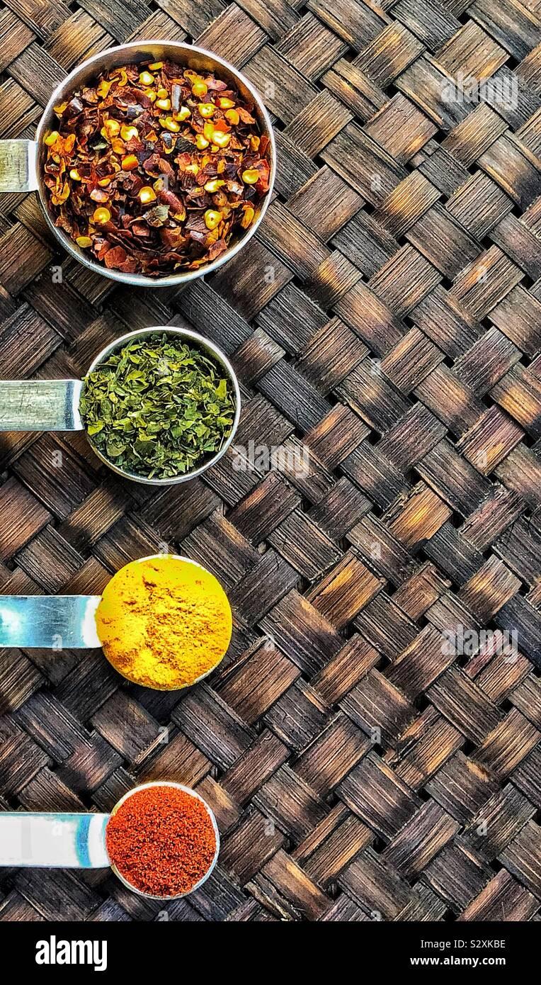 Épices colorés de cuillères en argent Banque D'Images