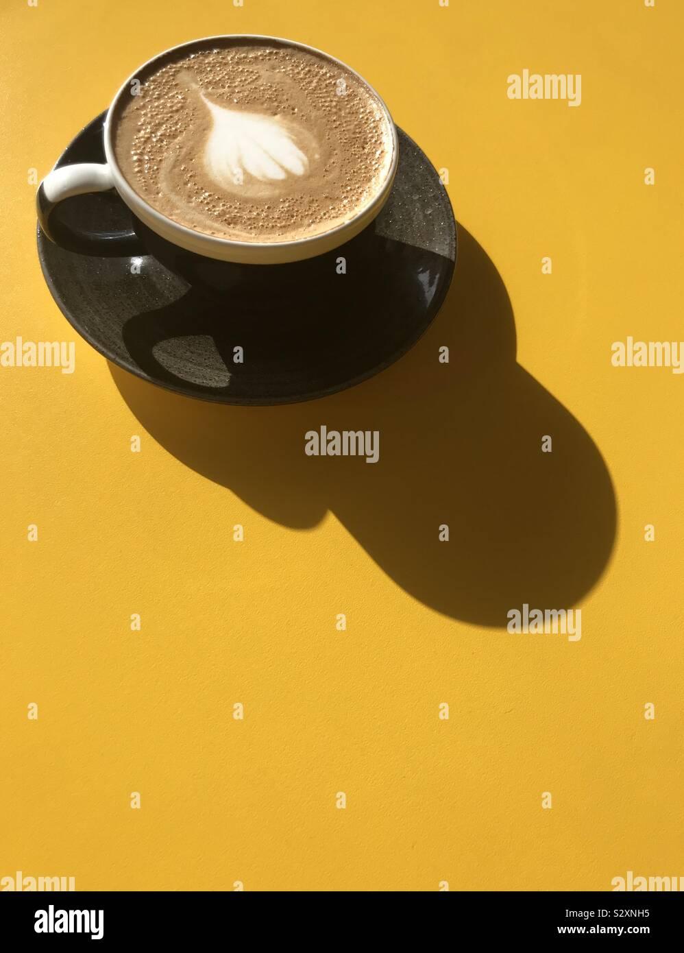 Café dans le soleil casting shadows graphique Banque D'Images