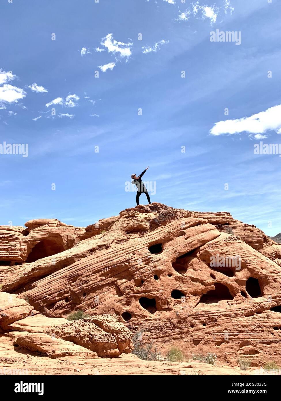 Poser dans la Vallée de Feu, Nevada, USA. Banque D'Images