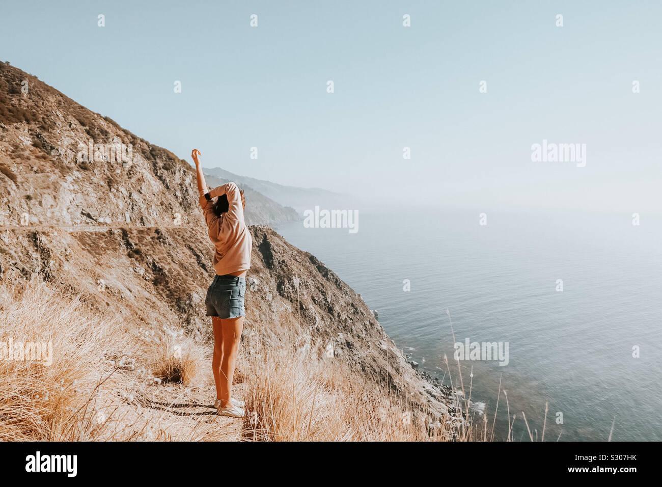 Fille de se sentir bien, heureux, reconnaissant, Big Sur, vue sur l'océan Banque D'Images