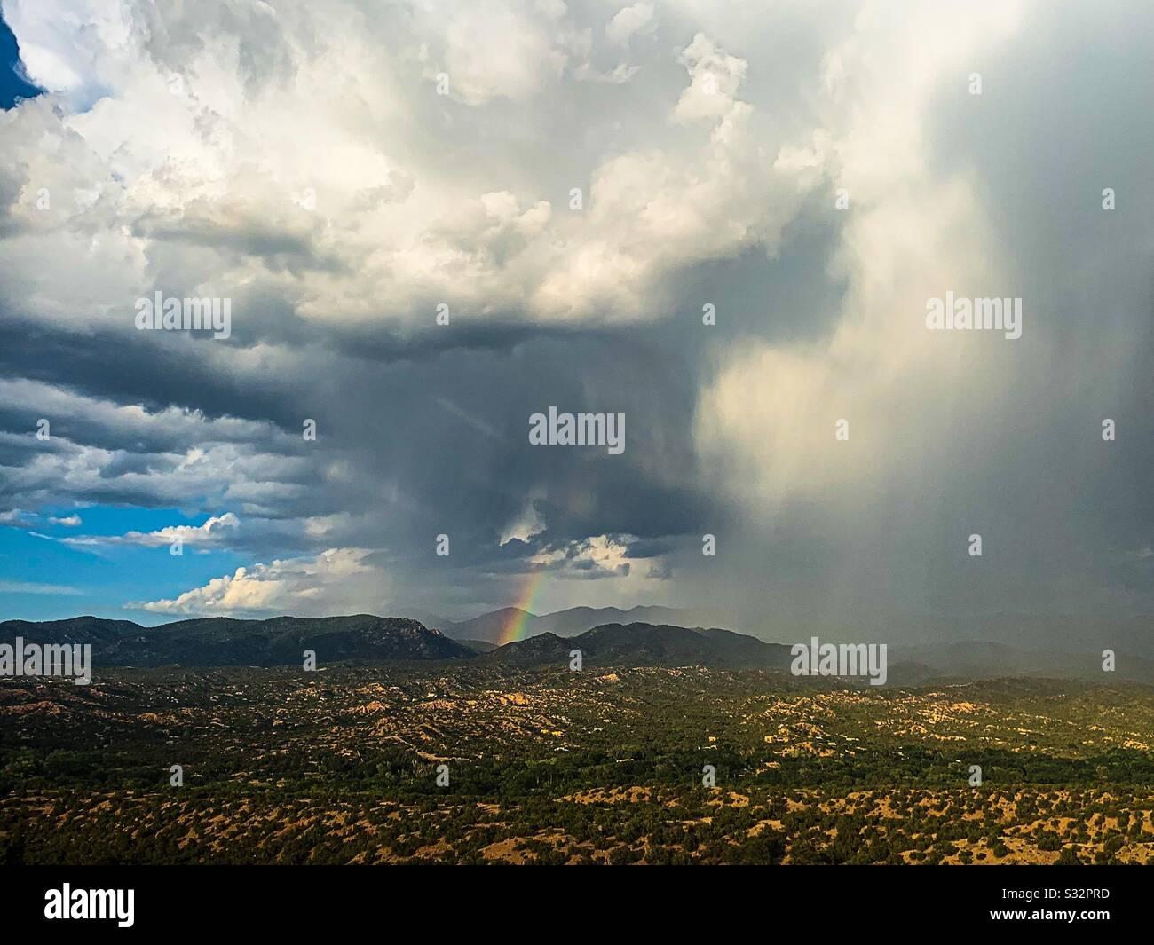 Rainbow dans la pluie de mousson Santa Fe NM Banque D'Images