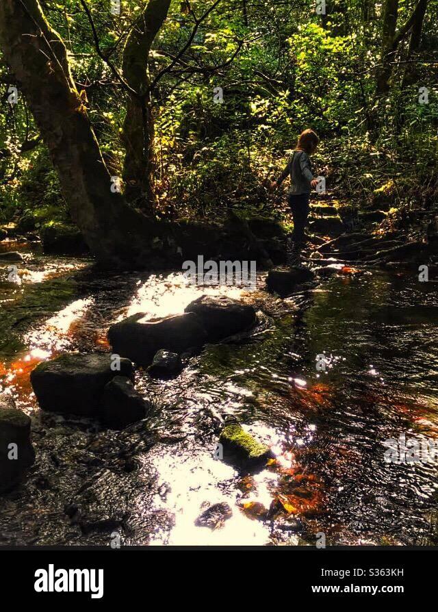 Fille sur les pierres de pas Rivelin vallée Sheffield Banque D'Images