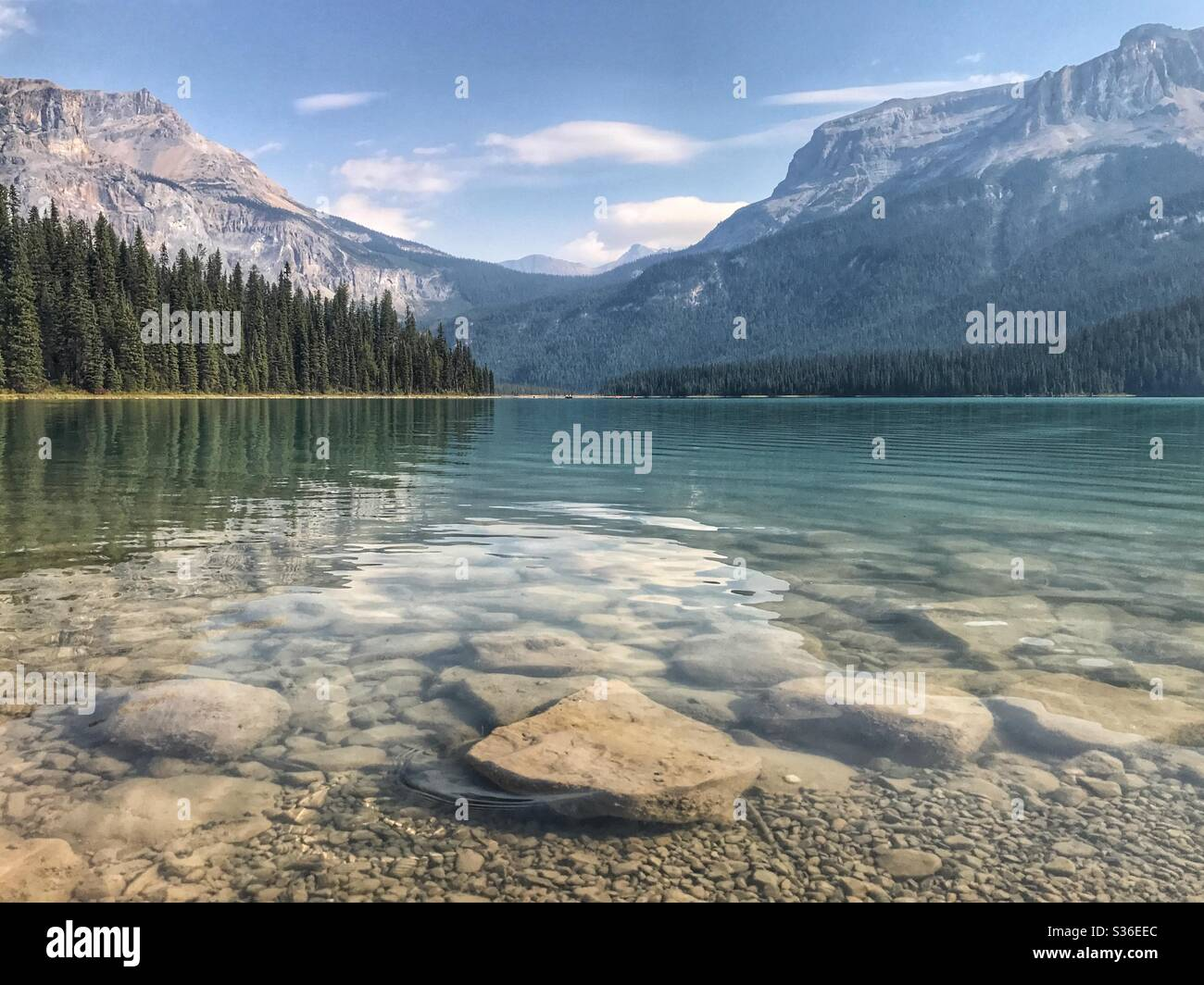 Lac de montagne dans les montagnes Rocheuses canadiennes Banque D'Images