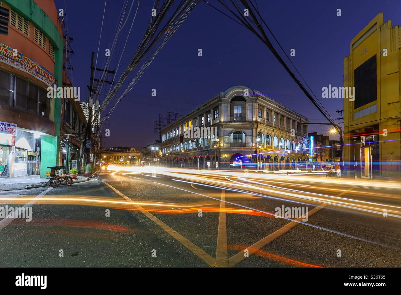 Calle Real (rue Royal) ou J.M. Basa Street est une rue historique dans le vieux centre-ville d'Iloilo, Philippines. La rue abrite de nombreux bâtiments néoclassiques, beaux-arts et art déco. Exposition longue Banque D'Images