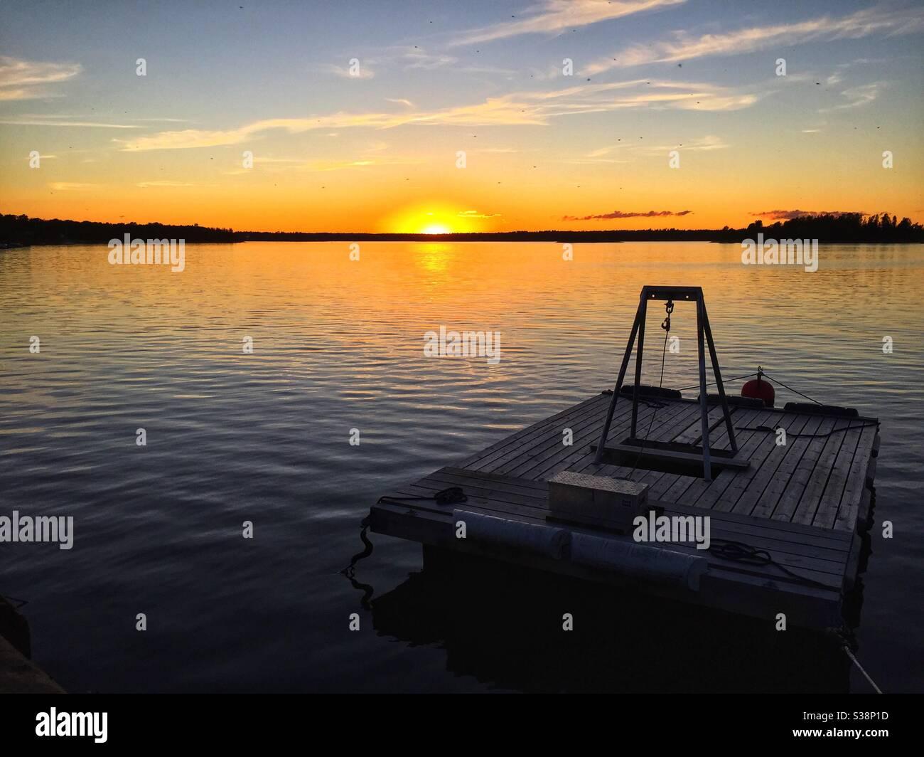 Coucher de soleil sur le port de Gräddö, Stockholm, Suède. Banque D'Images