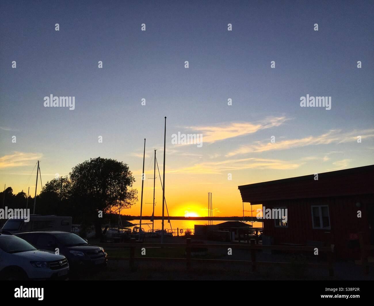 Coucher de soleil sur le port de Gräddö, Norrtälje, Suède. Banque D'Images
