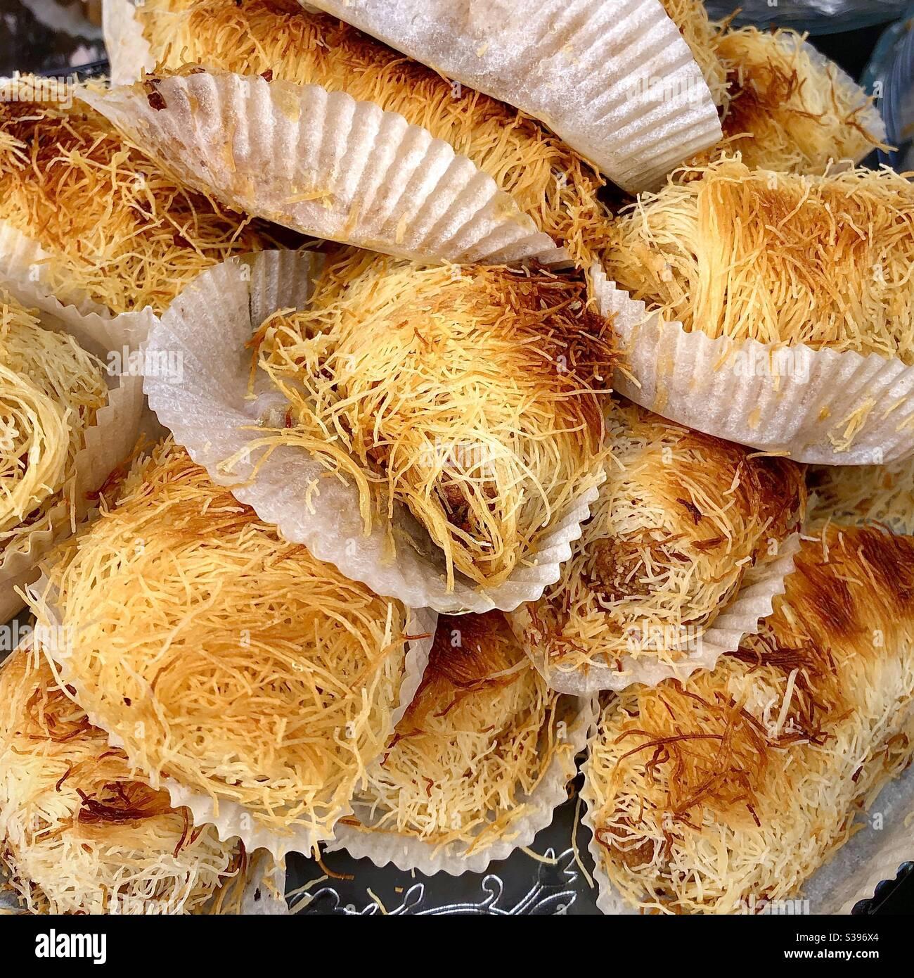 Exposition de gâteaux de lave orientaux au marché arabe de Châtellerault, Vienne (86), France. Banque D'Images