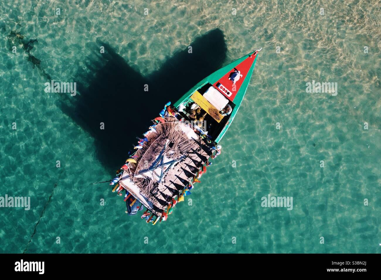 Un bateau peint aux couleurs vives flottant dans la mer des Caraïbes, au large de Sainte-Lucie. Banque D'Images