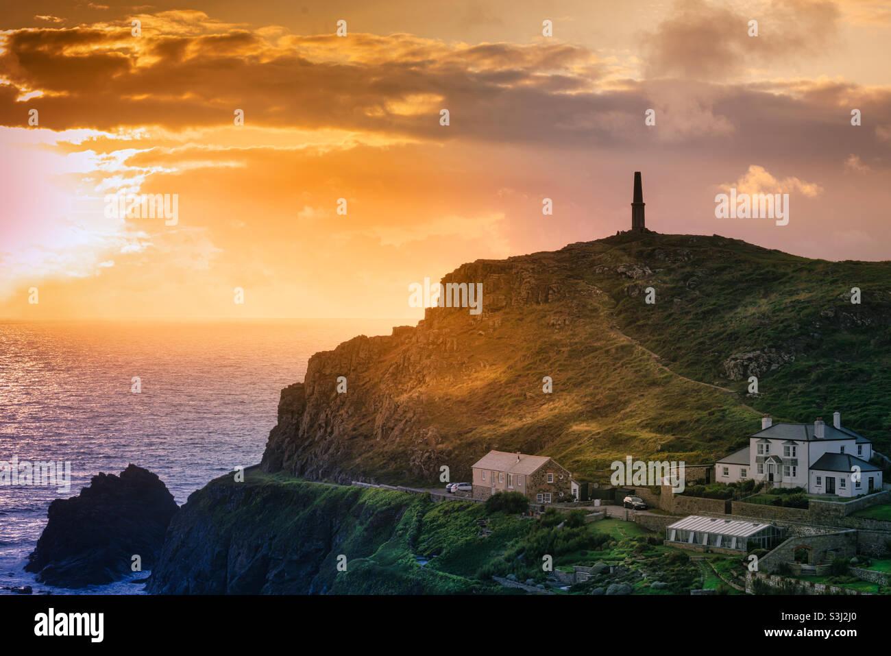 Cape Cornwall - en attente du coucher du soleil Banque D'Images