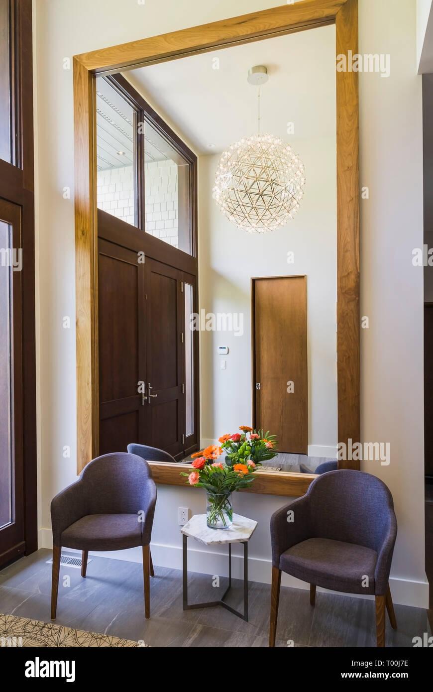 Grand Miroir D Entrée charbon gris chaises capitonnées et petite table en marbre