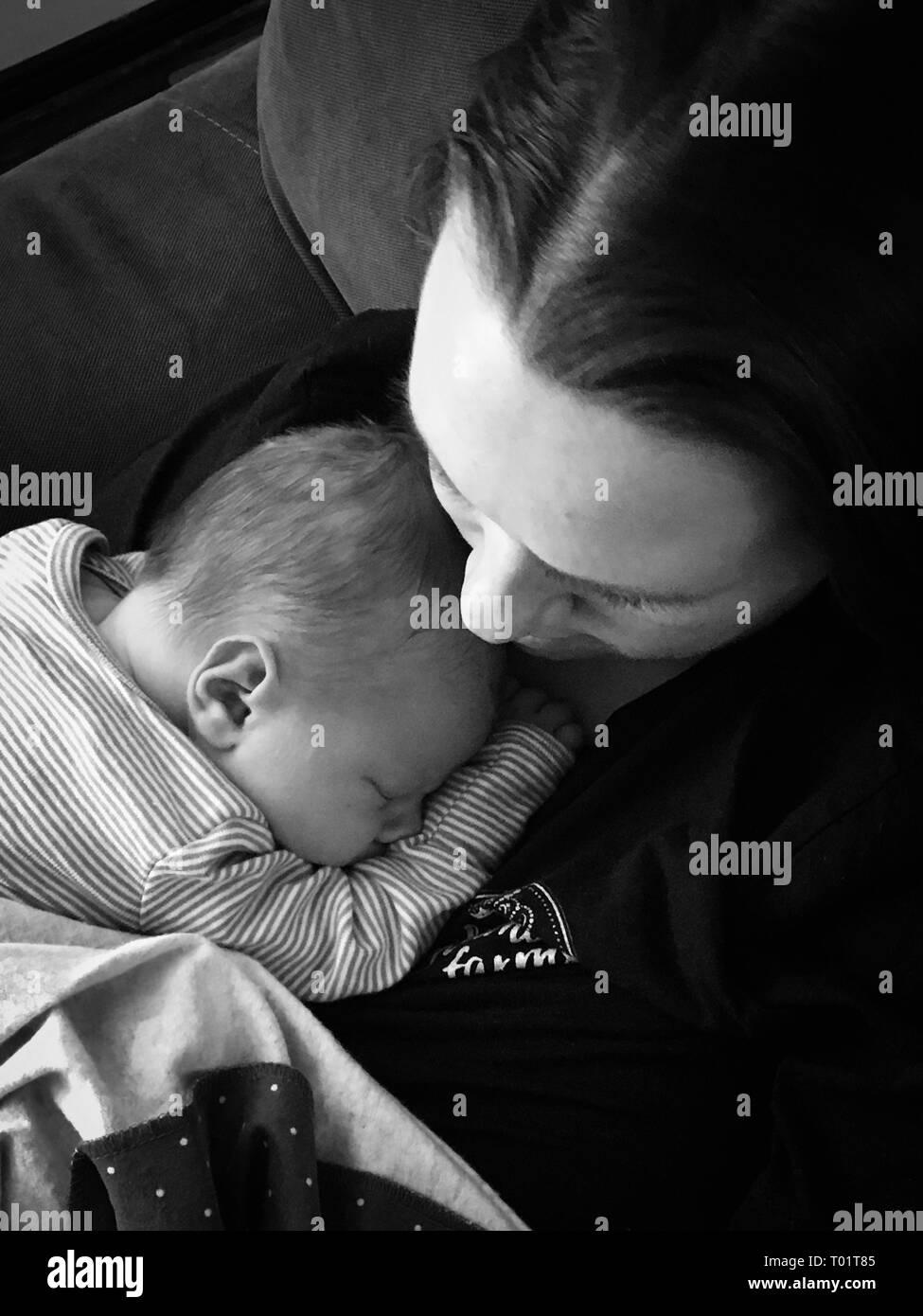 Image paisible de nouveau-nés de câlins avec sa mère le premier jour de l'hôpital. Excellent pour l'utilisation de la Fête des Mères,la vie pro/pro choix article Photo Stock