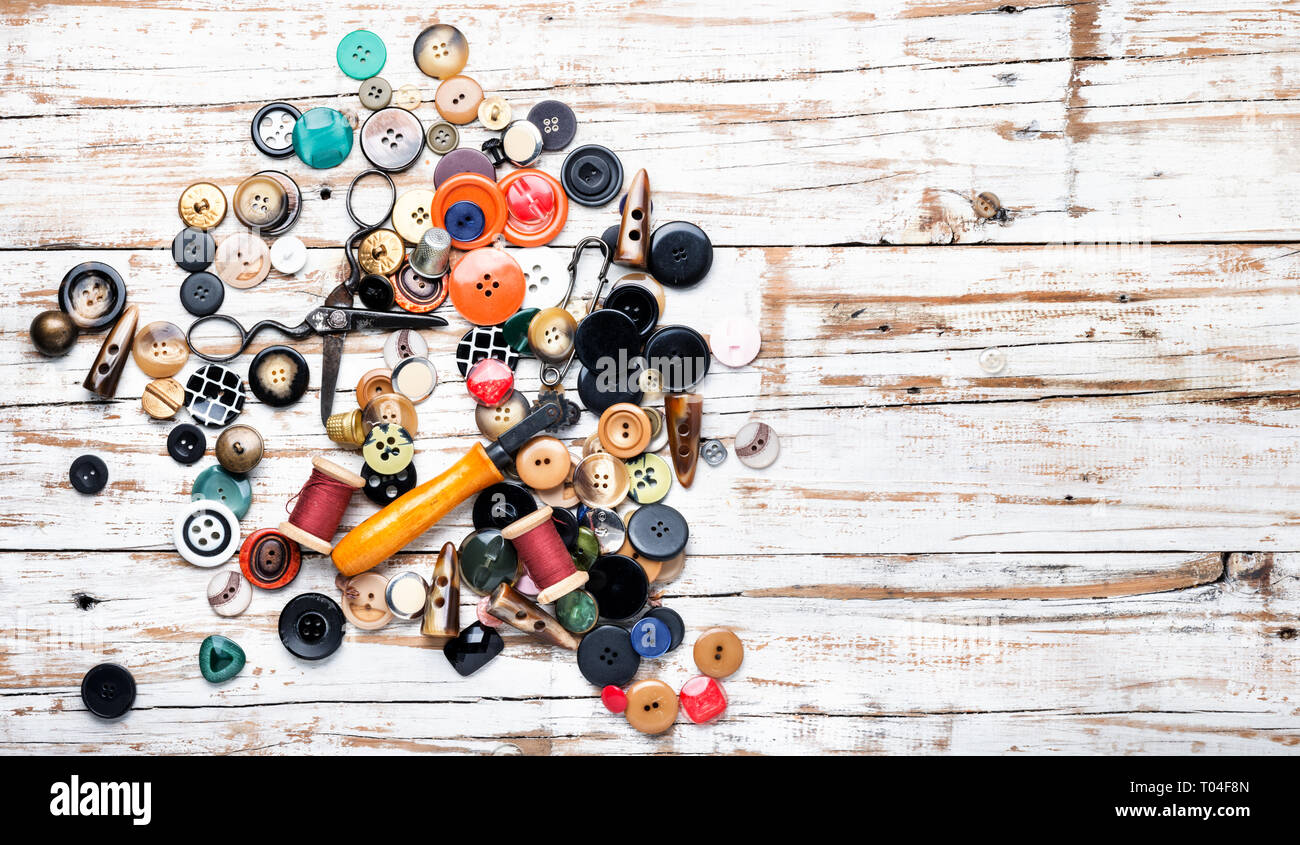 Bobines de fils et de boutons sur la table en bois, boutons de couture ciseaux.et thread Banque D'Images