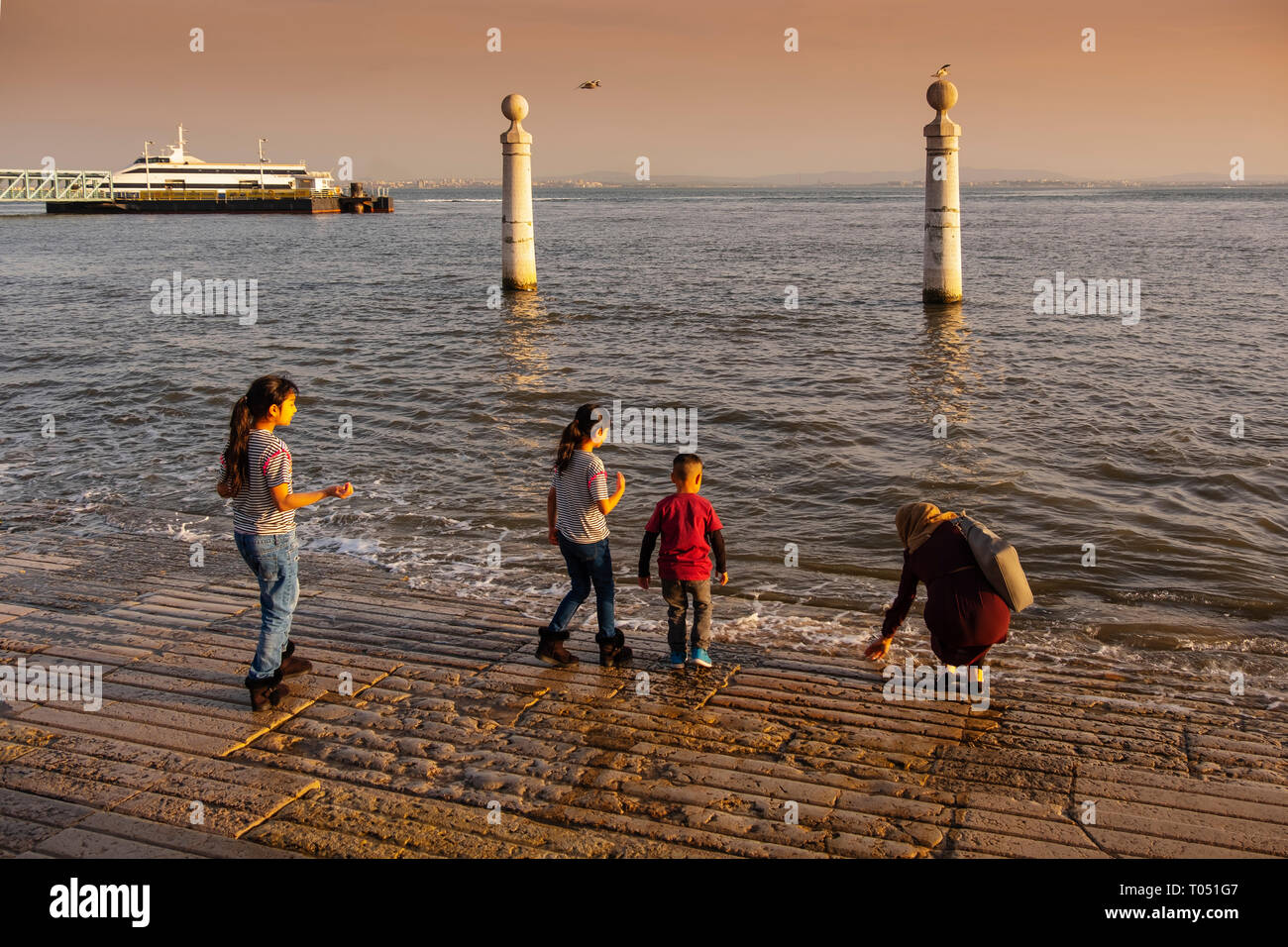 Les gens s'amusant avec l'eau à la place du Commerce, Quai des colonnes. Lisbonne, Portugal. L'Europe Photo Stock