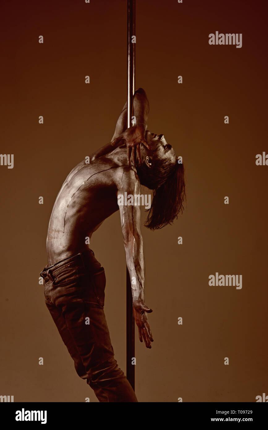 La flexibilité dans l'acrobatie et fitness santé. La souplesse de danseuse homme pylône Photo Stock