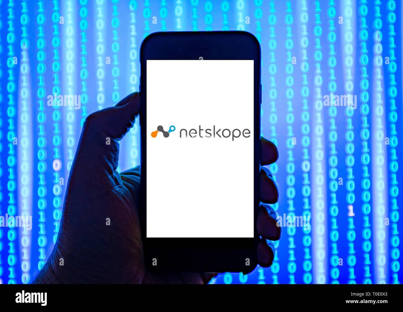 Personne tenant smart phone avec netskope logiciel cloud security logo affiché sur l'écran. Photo Stock