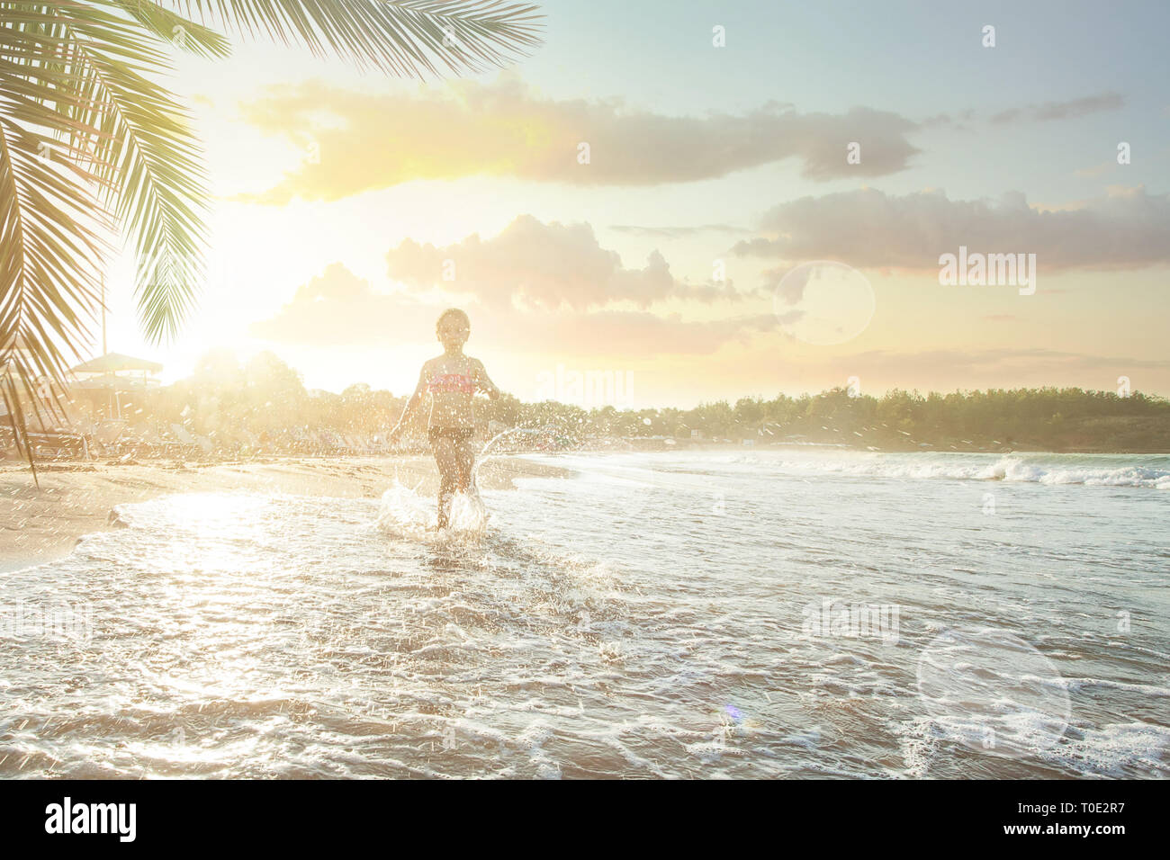 Happy child girl s'amusant sur mer plage Banque D'Images