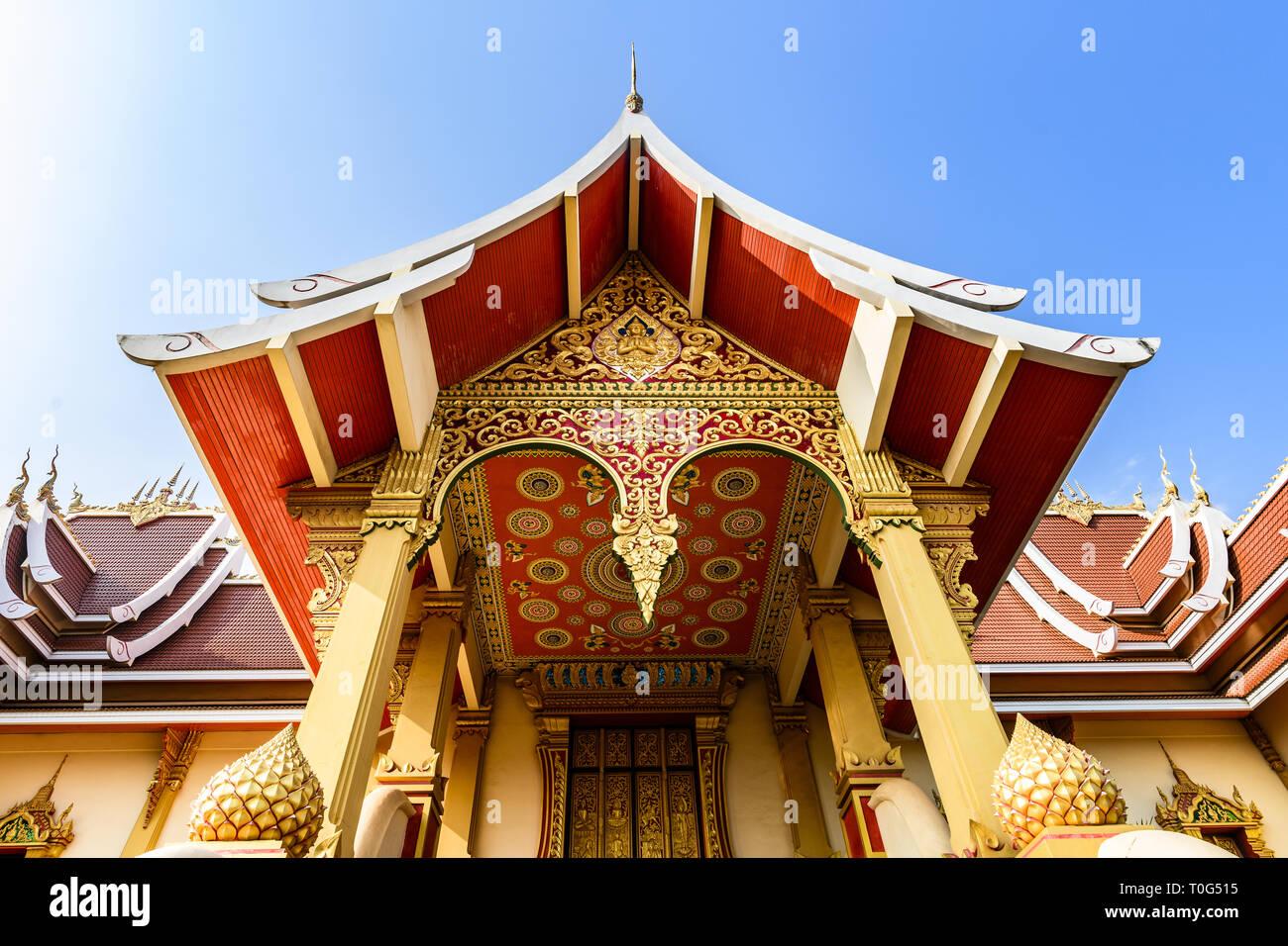 Vue rapprochée de la magnifique Wat That Luang Neua avec décorations de couleur or. Banque D'Images