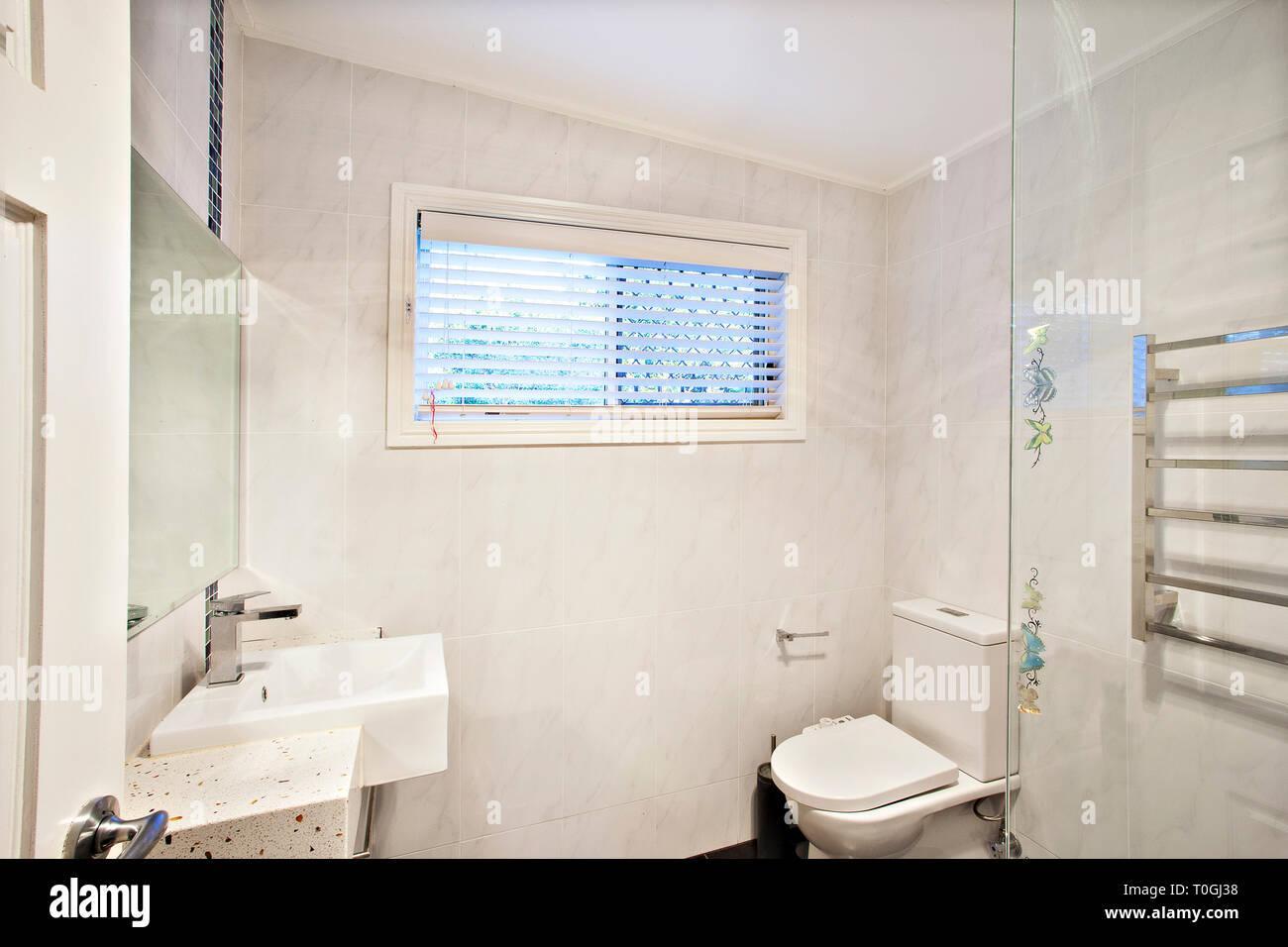 Petite salle de bains avec toilettes à l\'intérieur blanc et ...