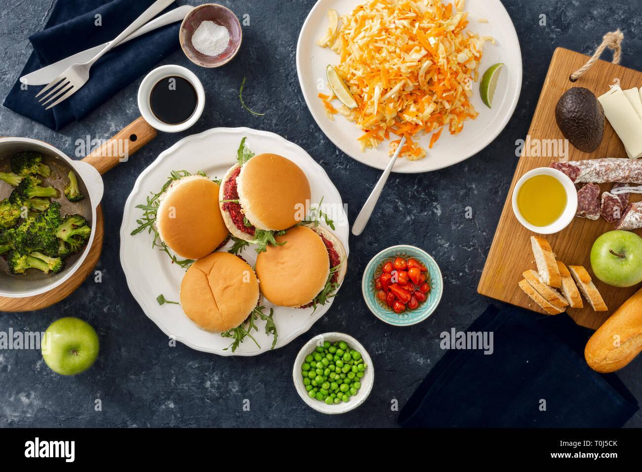 Summer party food concept haut afficher divers table télévision lay Banque D'Images