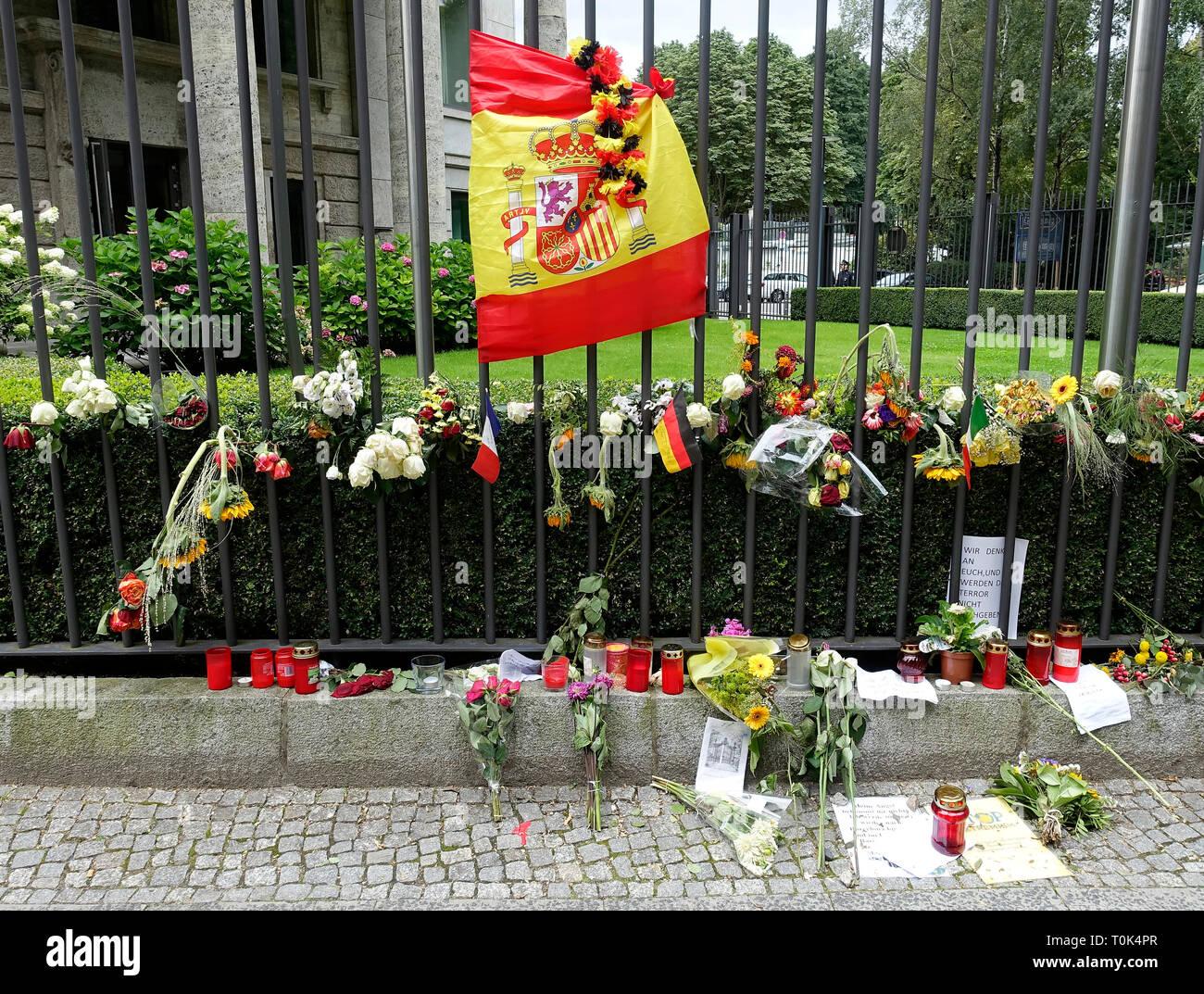 Des fleurs et des bougies à l'ambassade d'Espagne à Berlin après l'attaque terroriste à Barcelone 2017 Banque D'Images