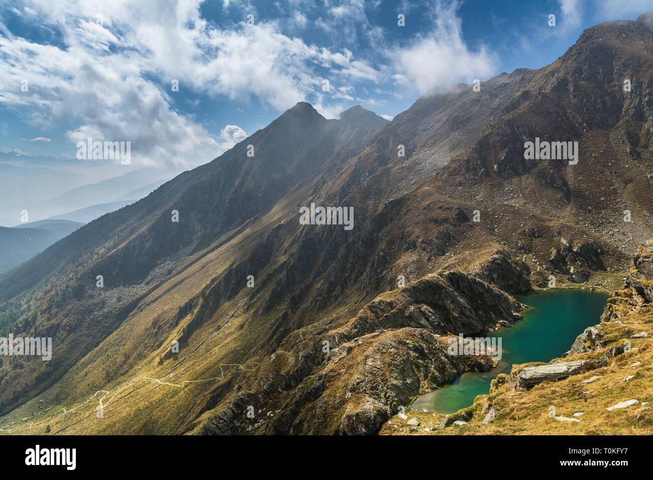 Randonnée pédestre à Seefeldspitze Seefeldsee, vue de la société valser, Tal, Pfunderer Berge, Tyrol du Sud, Italie Banque D'Images