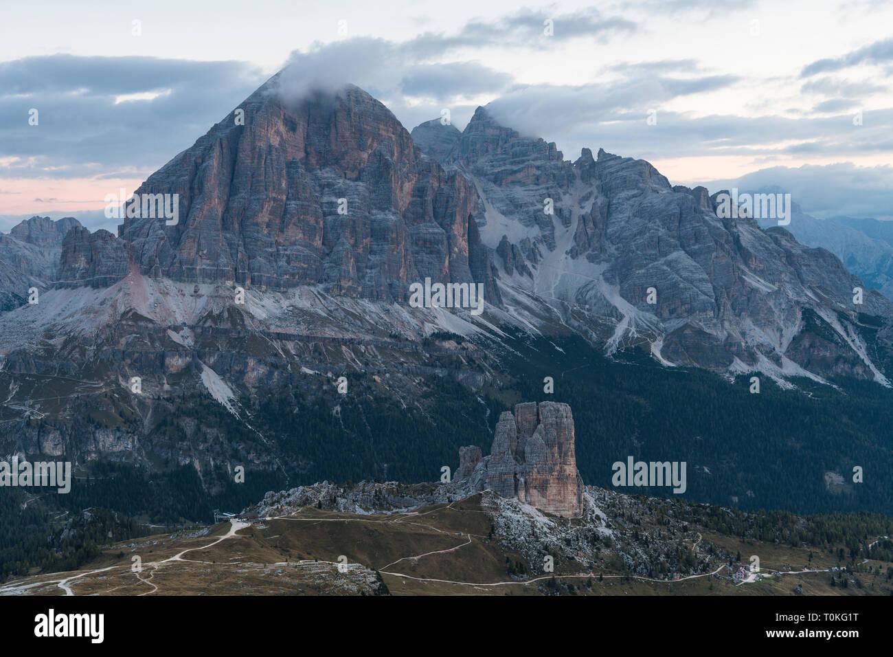 Lever du soleil dans les Dolomites au Rifugio Nuvolau avec vue sur la Tofane et les Cinque Torri, Italie Banque D'Images