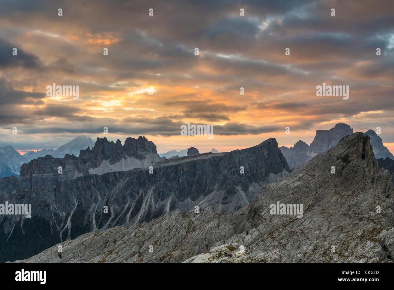 Lever du soleil dans les Dolomites au Rifugio Nuvolau surplombant Croda da Lago, Italie Banque D'Images