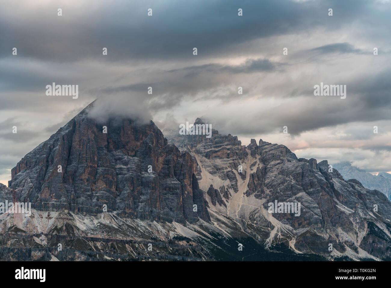 Lever du soleil dans les Dolomites au Rifugio Nuvolau donnant sur la Tofane, Italie Banque D'Images
