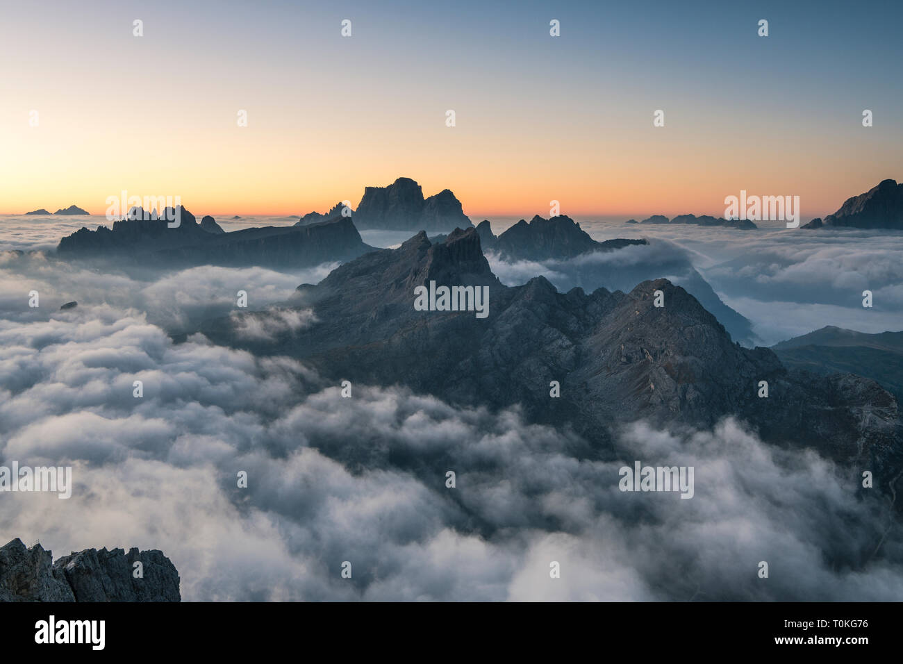 Vue depuis le Rifugio Lagazuoi (2752 m) à la Croda Negra, Croda da Lago et la Civetta, Dolomites, Italie Banque D'Images