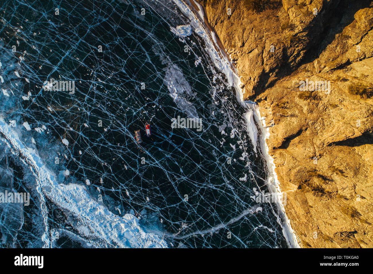Coucher de soleil sur le Lac Baïkal gelé, Russie Banque D'Images