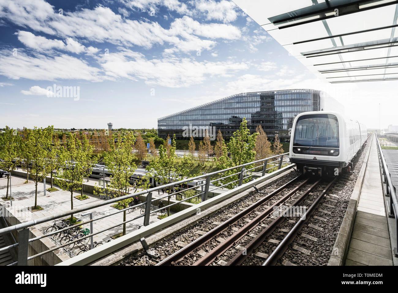L'architecture moderne et métro, quartier Ørestad, Amager, Copenhague, Danemark Banque D'Images