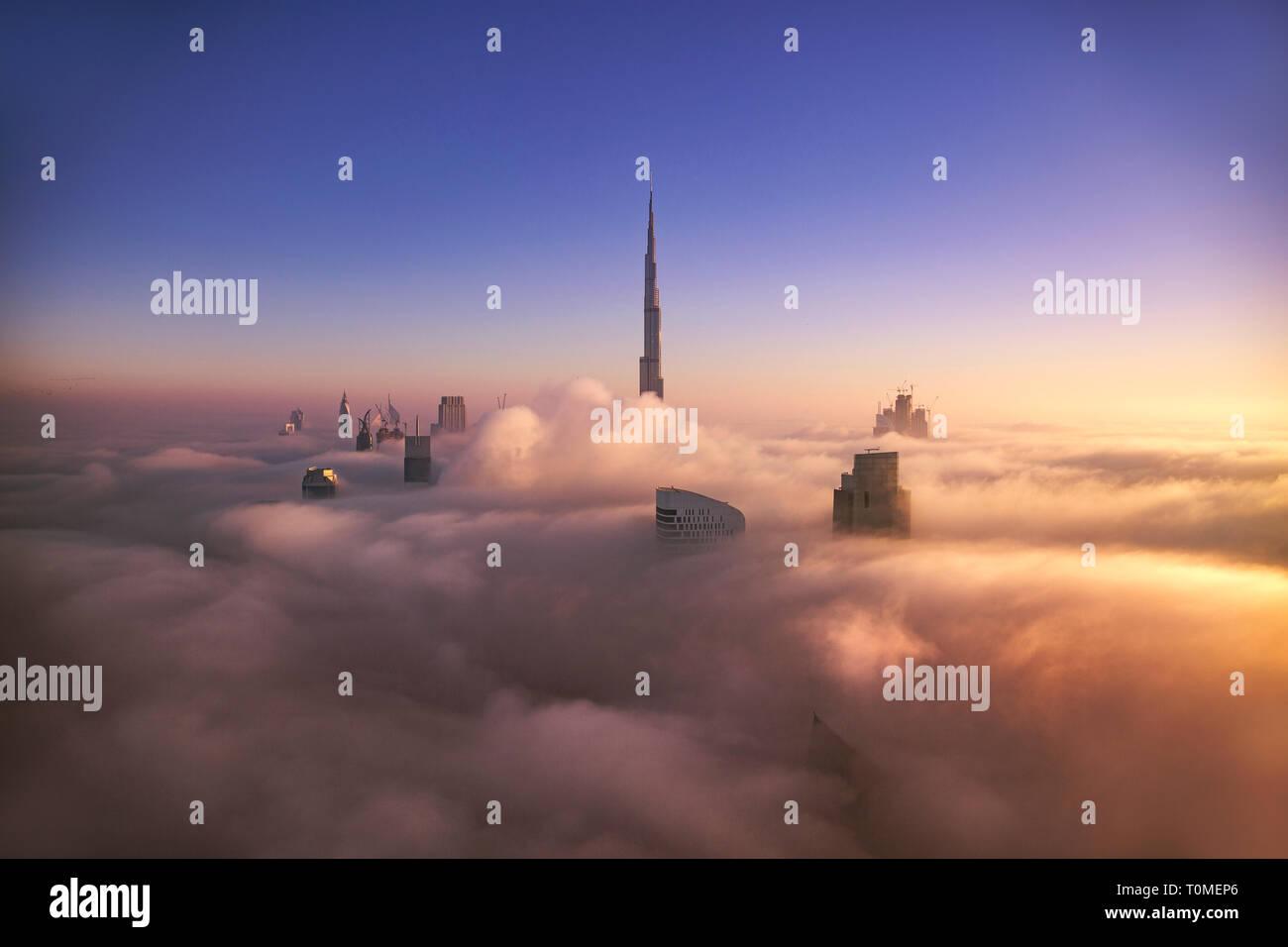 Un lever de soleil brumeux, centre-ville, DUBAÏ, ÉMIRATS ARABES UNIS Banque D'Images