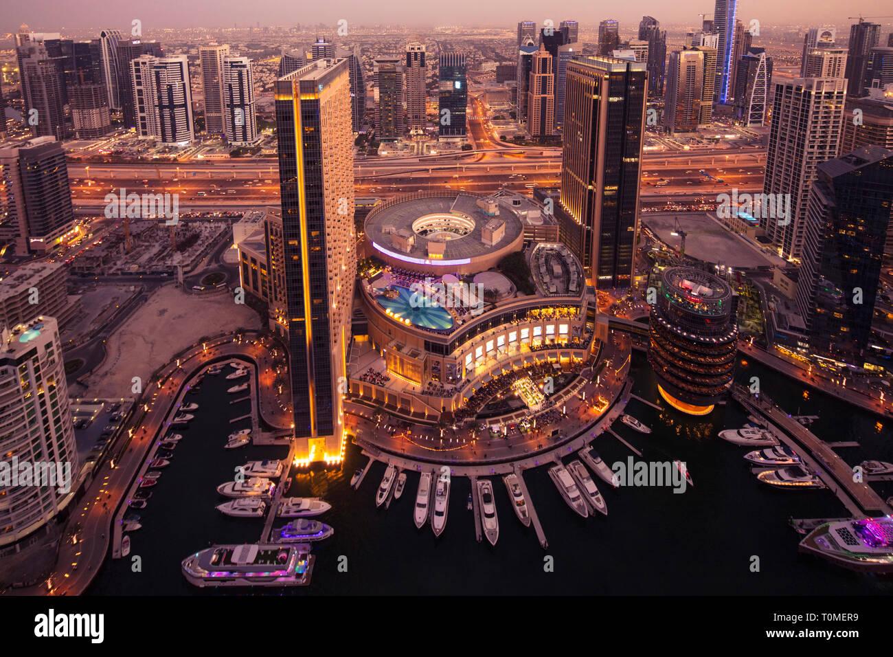 Un coucher de soleil vu de la Marina de Dubaï, DUBAÏ, ÉMIRATS ARABES UNIS Banque D'Images