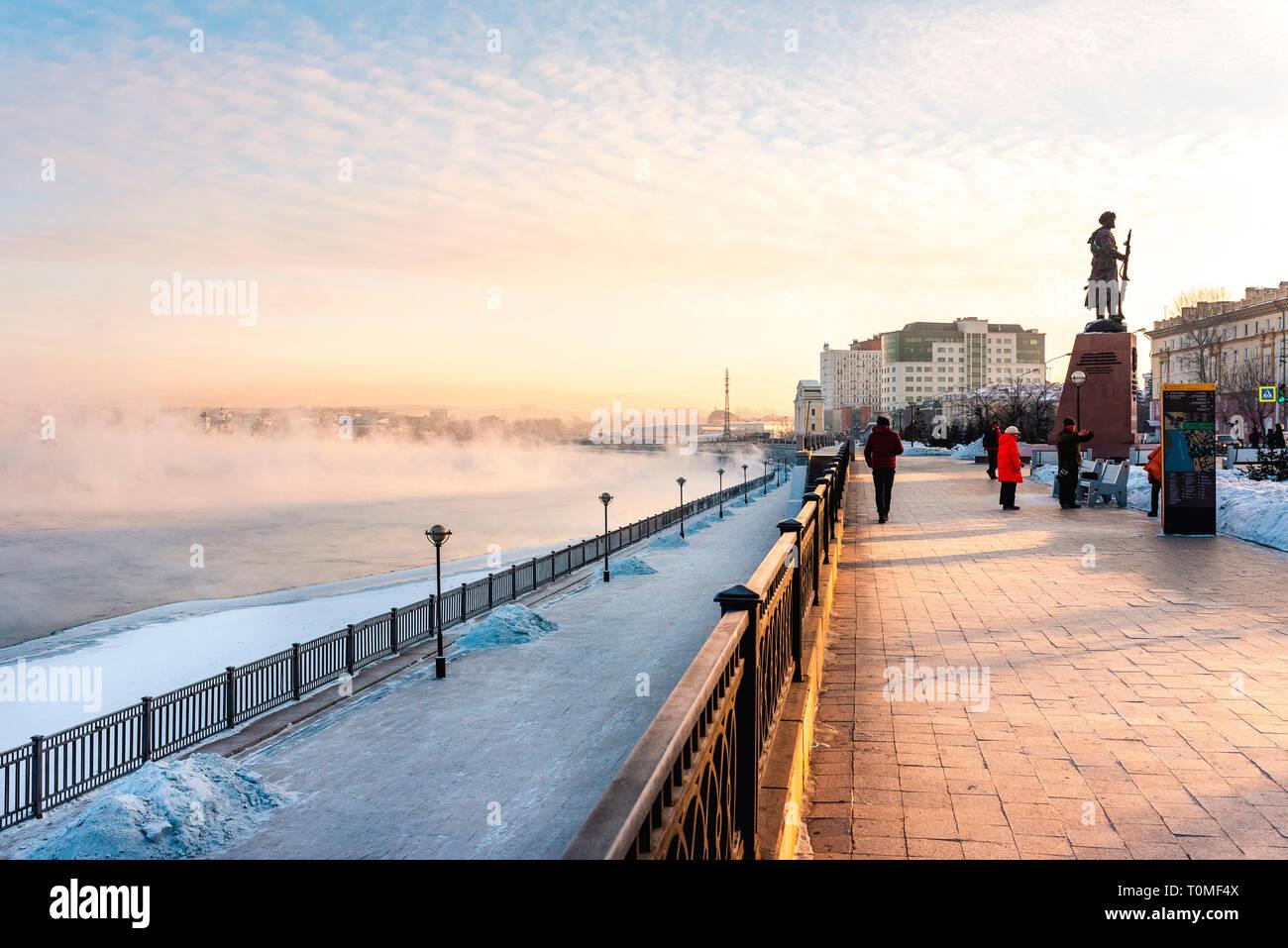 Zone piétonne et promenade sur les rives de la rivière Irkut, Irkoutsk, en Sibérie, Russie Banque D'Images