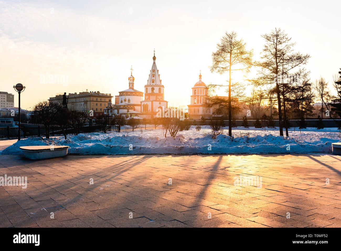 Lever du soleil à l'Épiphanie Bogoyavlensky Cathedral, Irkoutsk, en Sibérie, Russie Banque D'Images