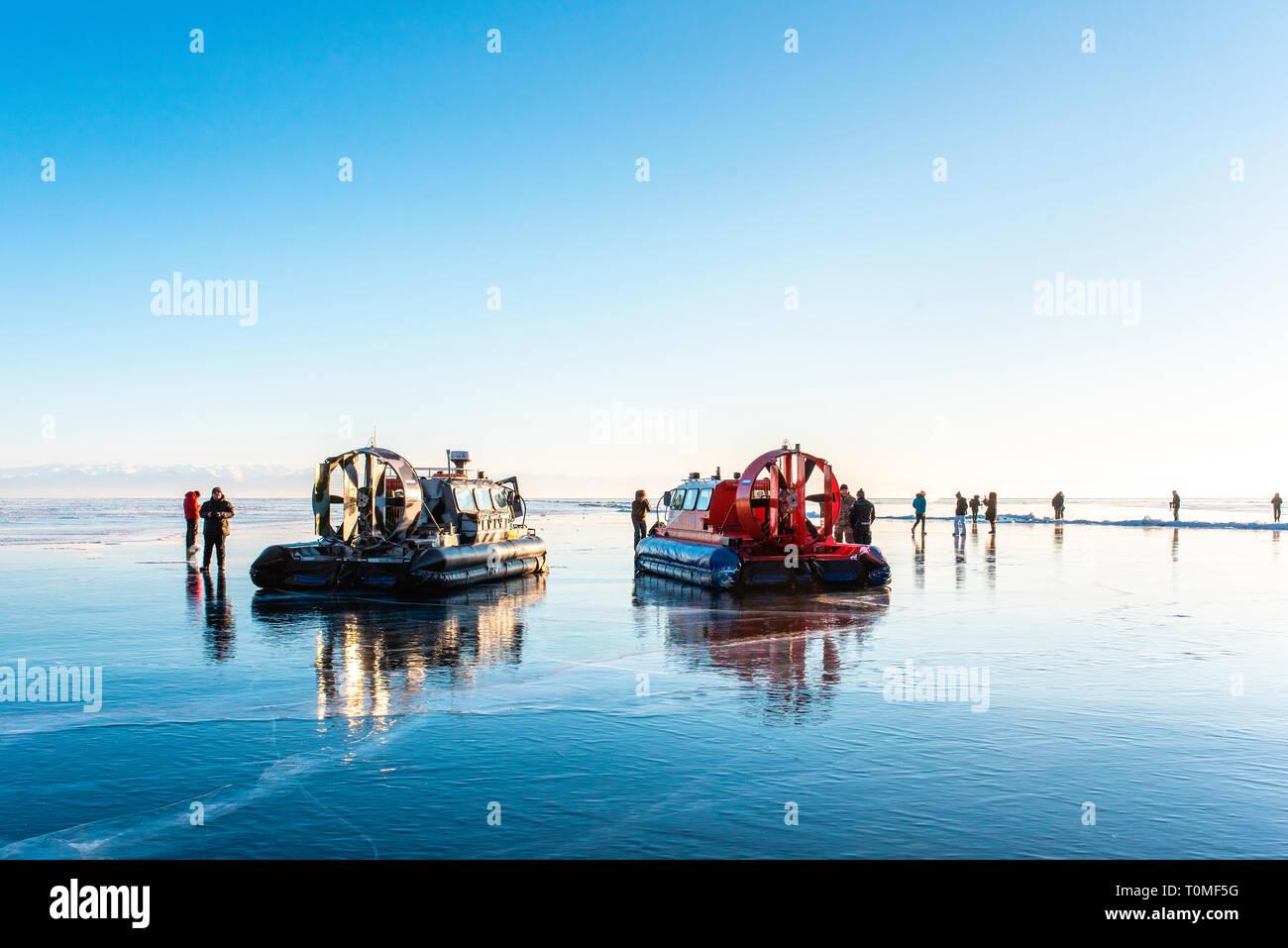 Coussin d'air des bateaux sur le Lac Baïkal gelé, Sibérie, Russie Banque D'Images