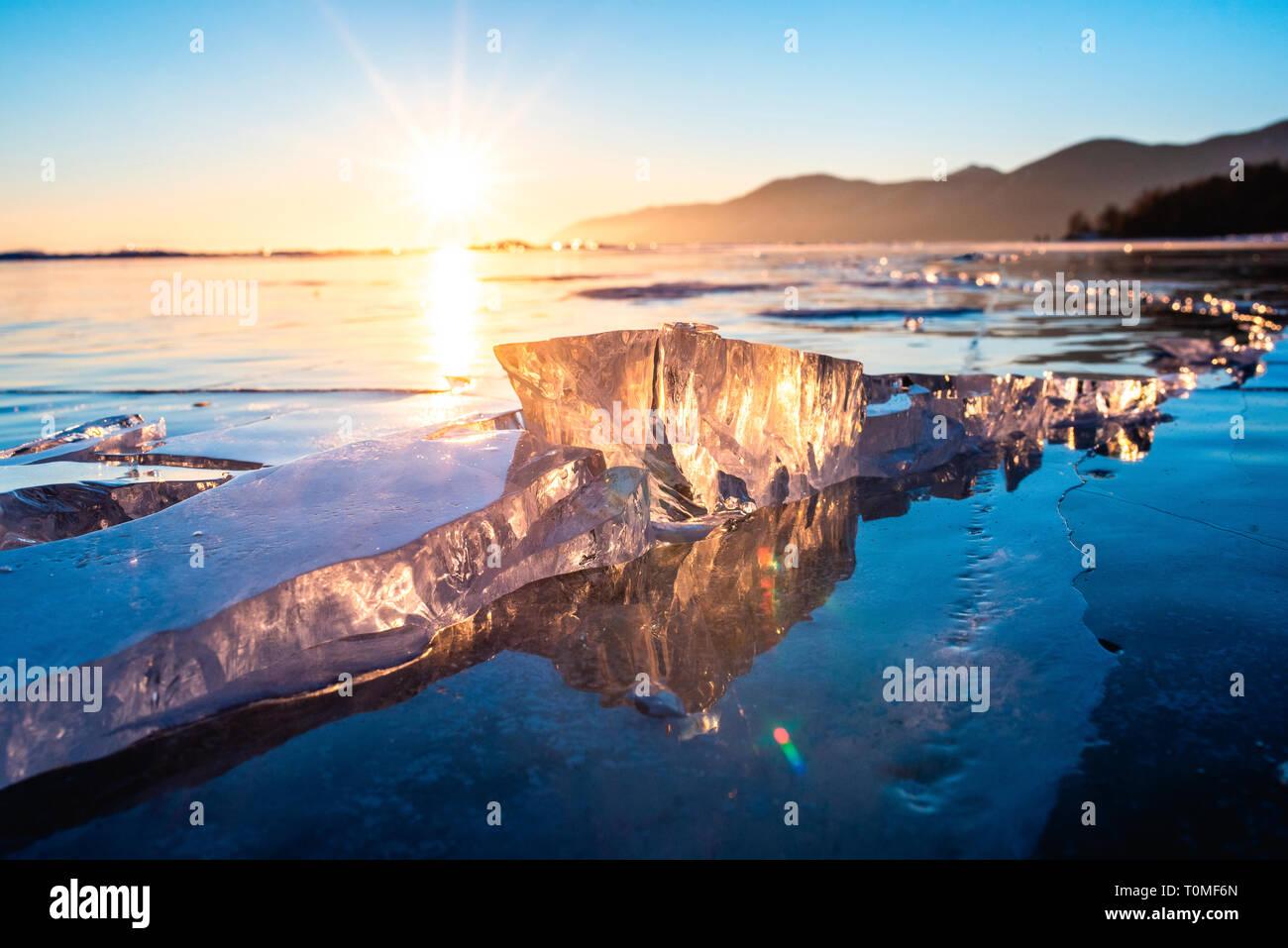 Morceaux de glace et des sculptures de glace au coucher du soleil sur le Lac Baikal, Sibérie, Russie Banque D'Images