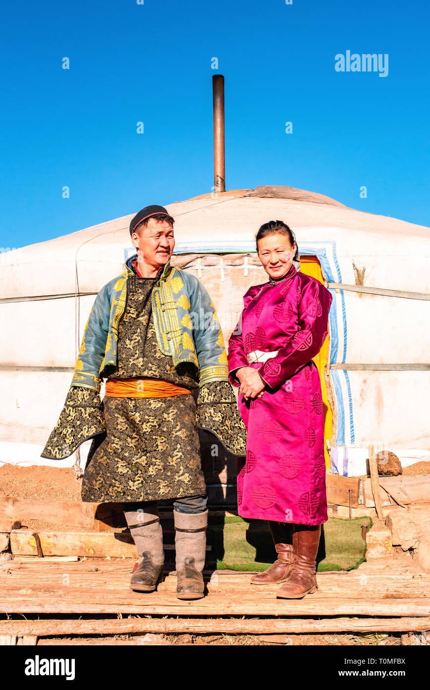 Quelques nomades devant leur yourte en Mongolie Banque D'Images
