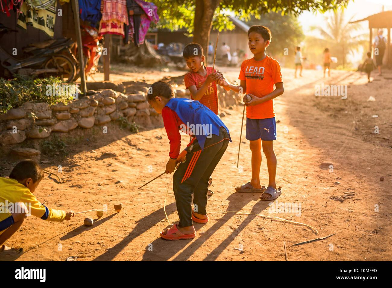 Enfants jouant dans un village au Laos Banque D'Images