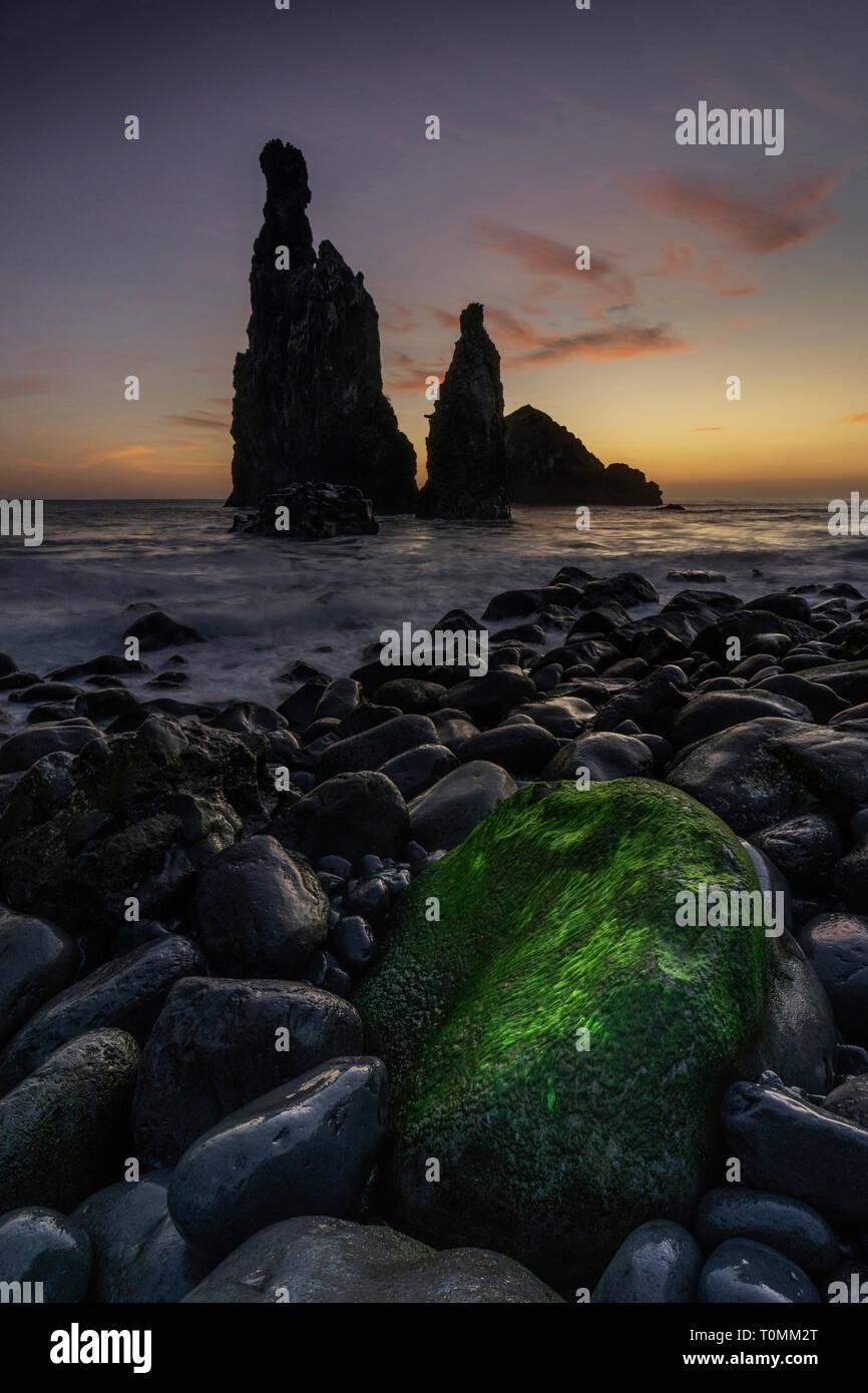 Ribera da Janela au lever du soleil, plage de rochers avec rock formation, Madère, Ribera de Janela, Portugal Banque D'Images