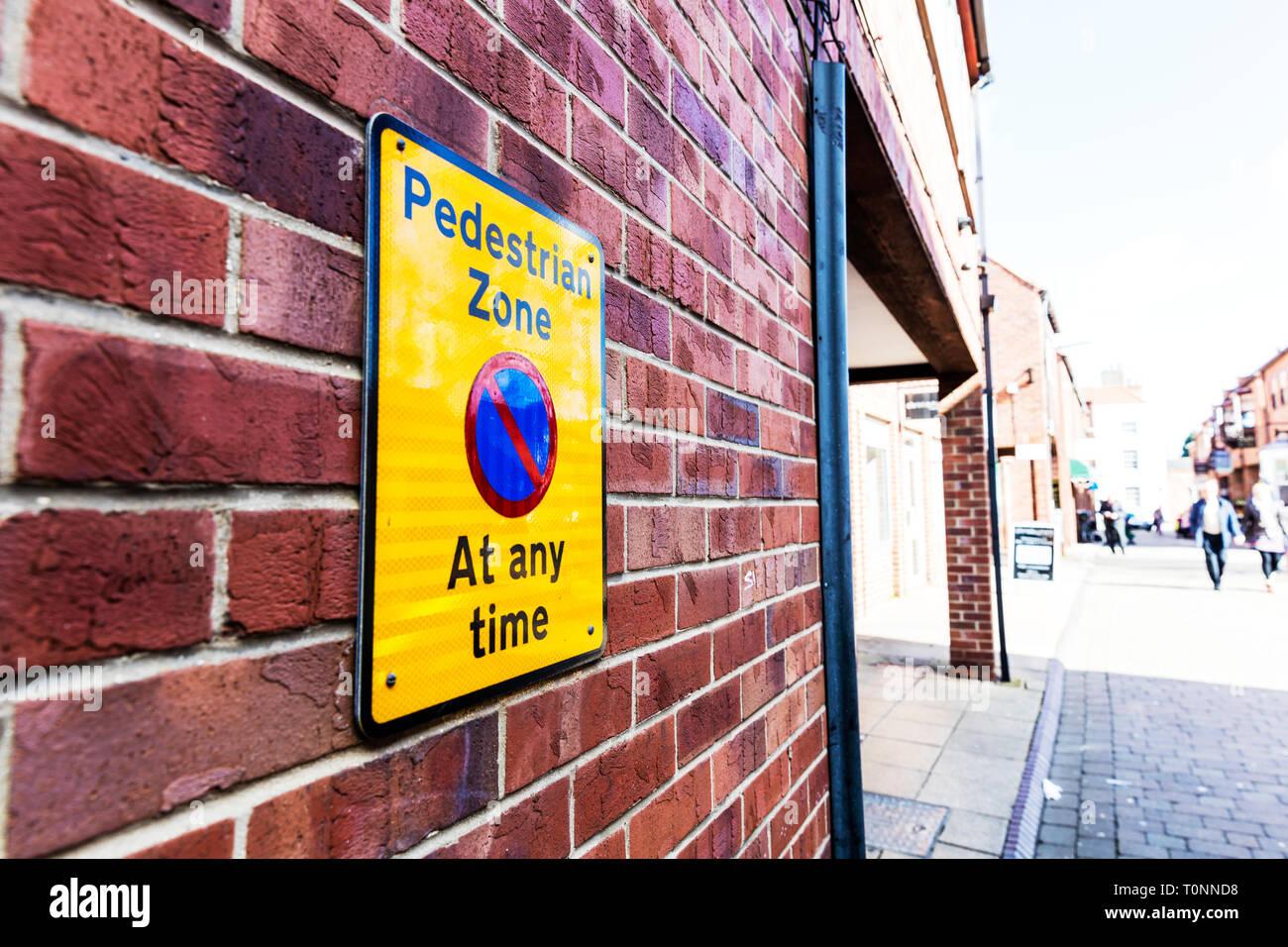 Zone piétonne, pas de signe, signe de stationnement parking Zone Piétonne Zone piétonne, signe de restriction de stationnement, UK de signalisation, signalisation routière, parking sign, UK Photo Stock
