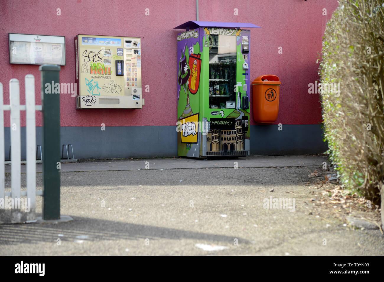 Trier, Allemagne. Mar 21, 2019. Un distributeur automatique de cannabis (r), qui contient des fleurs de cannabis séchées et pressées dans les sachets et extraire les perles dans des boîtes de plastique plus toutes sortes d'accessoires fumeurs à la vente, est situé sur la rue à côté d'un distributeur automatique de tabac. Ce sont des produits du chanvre avec la substance active CBD (cannabidiol), qui est considérée comme difficilement substances psychoactives. Credit: Harald Tittel/dpa/Alamy Live News Banque D'Images