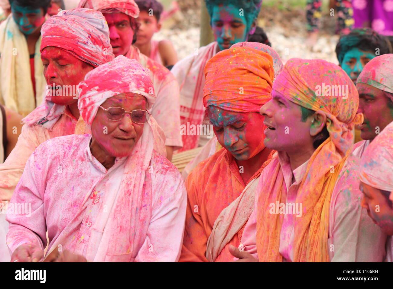 Vaishnav bhakts celebreting feastivel dakhinpat holi à majuli satra, Assam, Inde./ Ridip Borah Banque D'Images