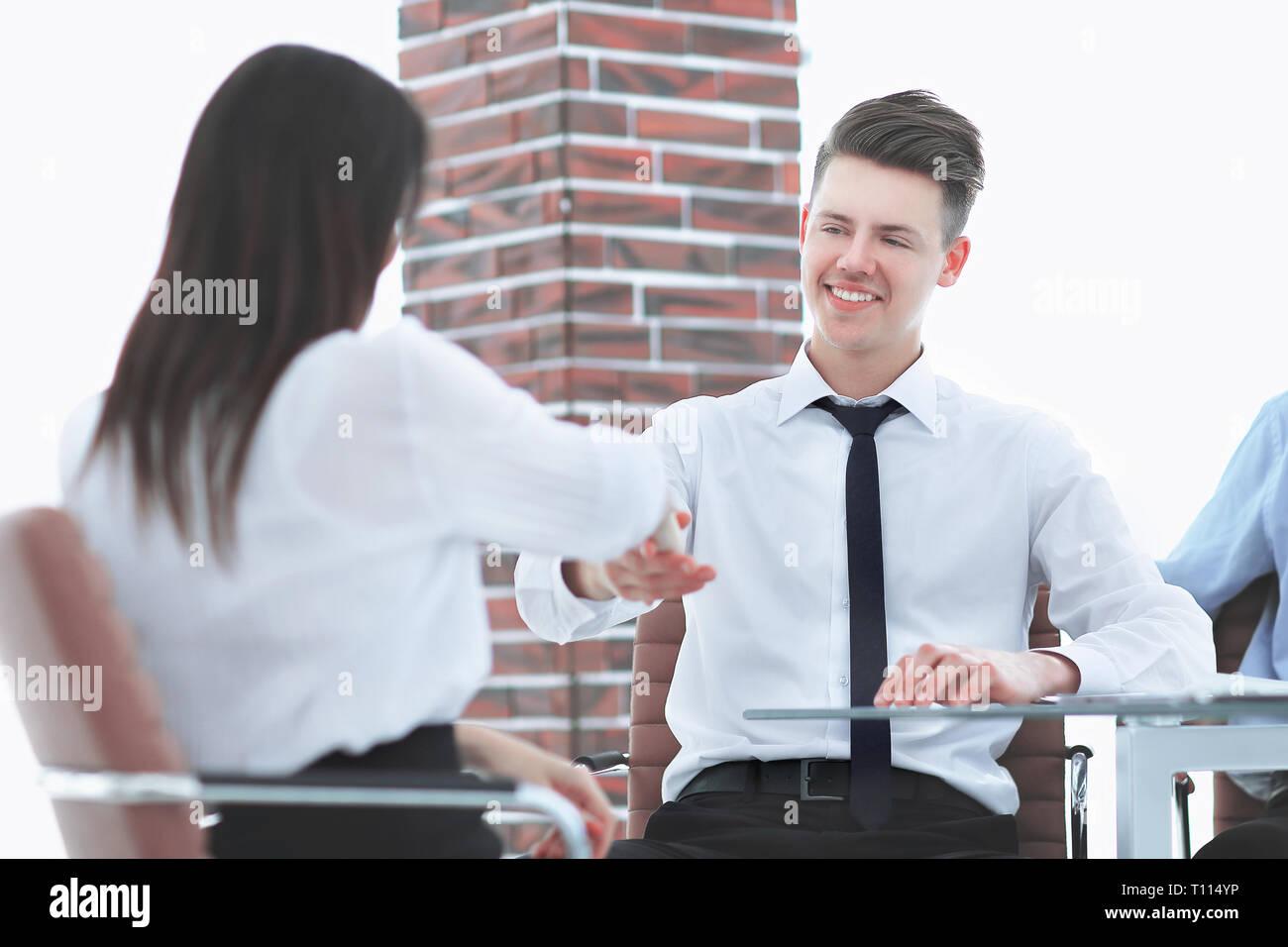Poignée de main de bienvenue d'un gestionnaire et le client dans le bureau. Photo Stock