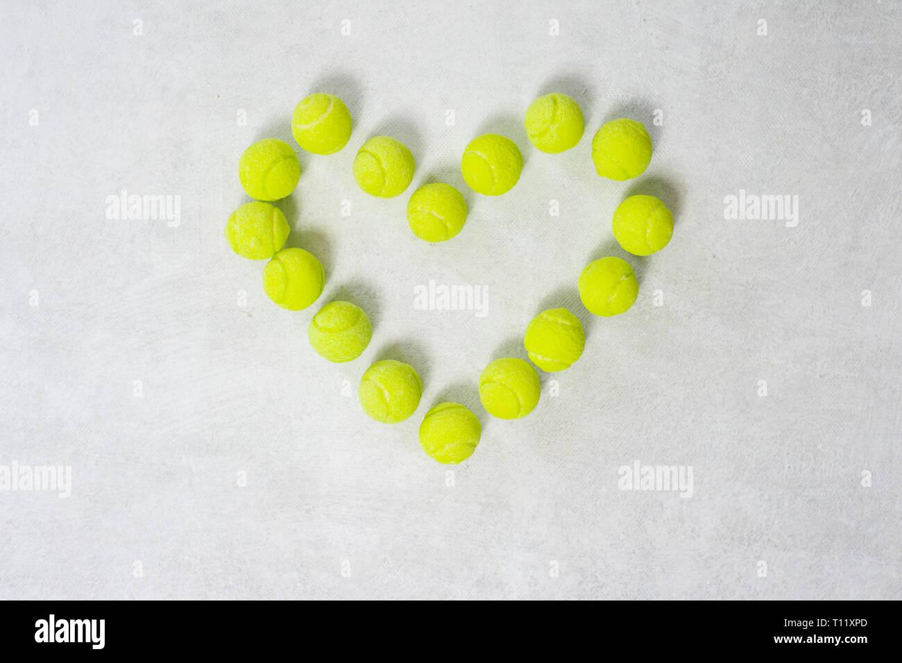 Les balles de tennis en forme de coeur Love Photo Stock
