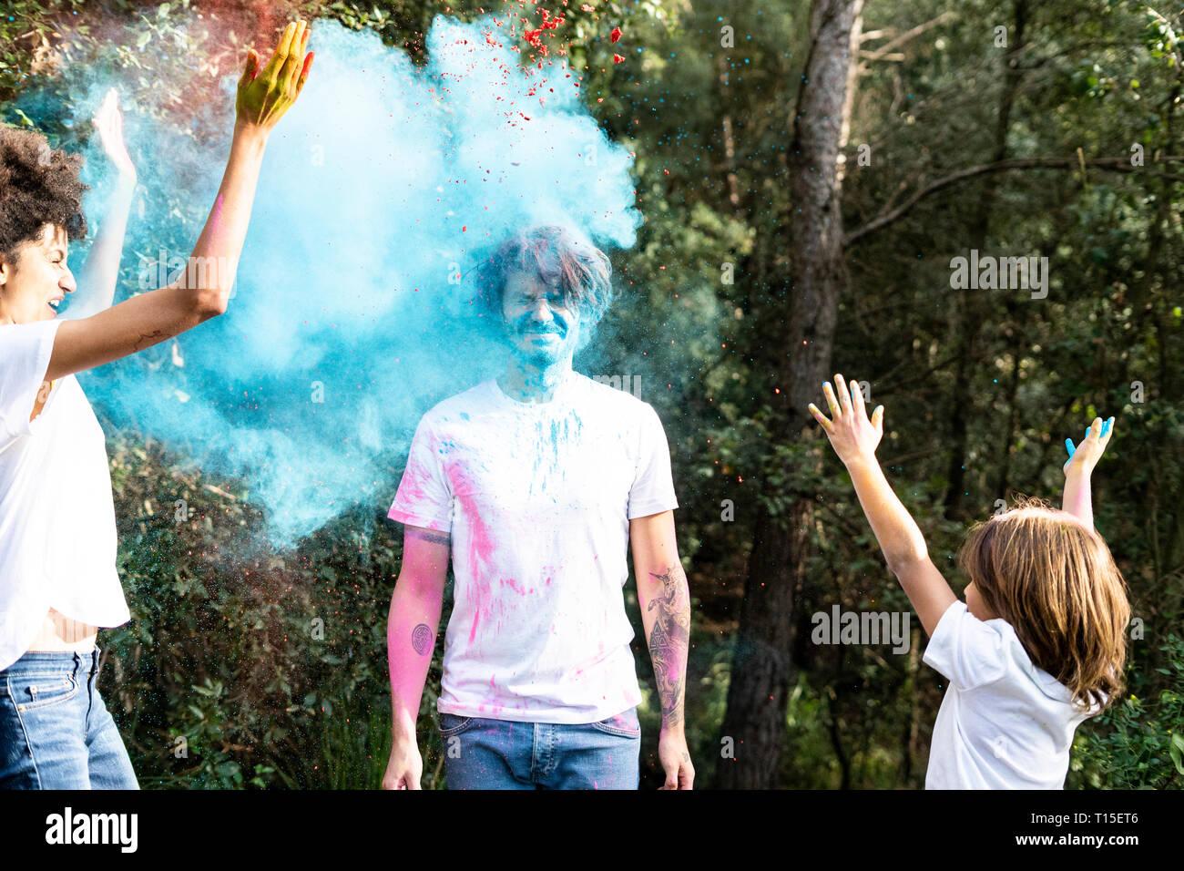 Jeter La Famille Peinture Poudre Coloree Celebrer Holi Festival Des Couleurs Photo Stock Alamy