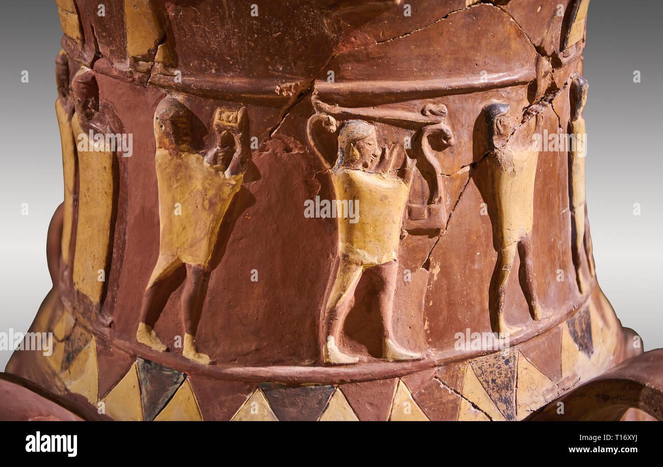 De près de l'Inandik secours culte Hittite décoré de libation à décor de figures relif colorés en crème, rouge et noir. La voie processionnelle fi Banque D'Images