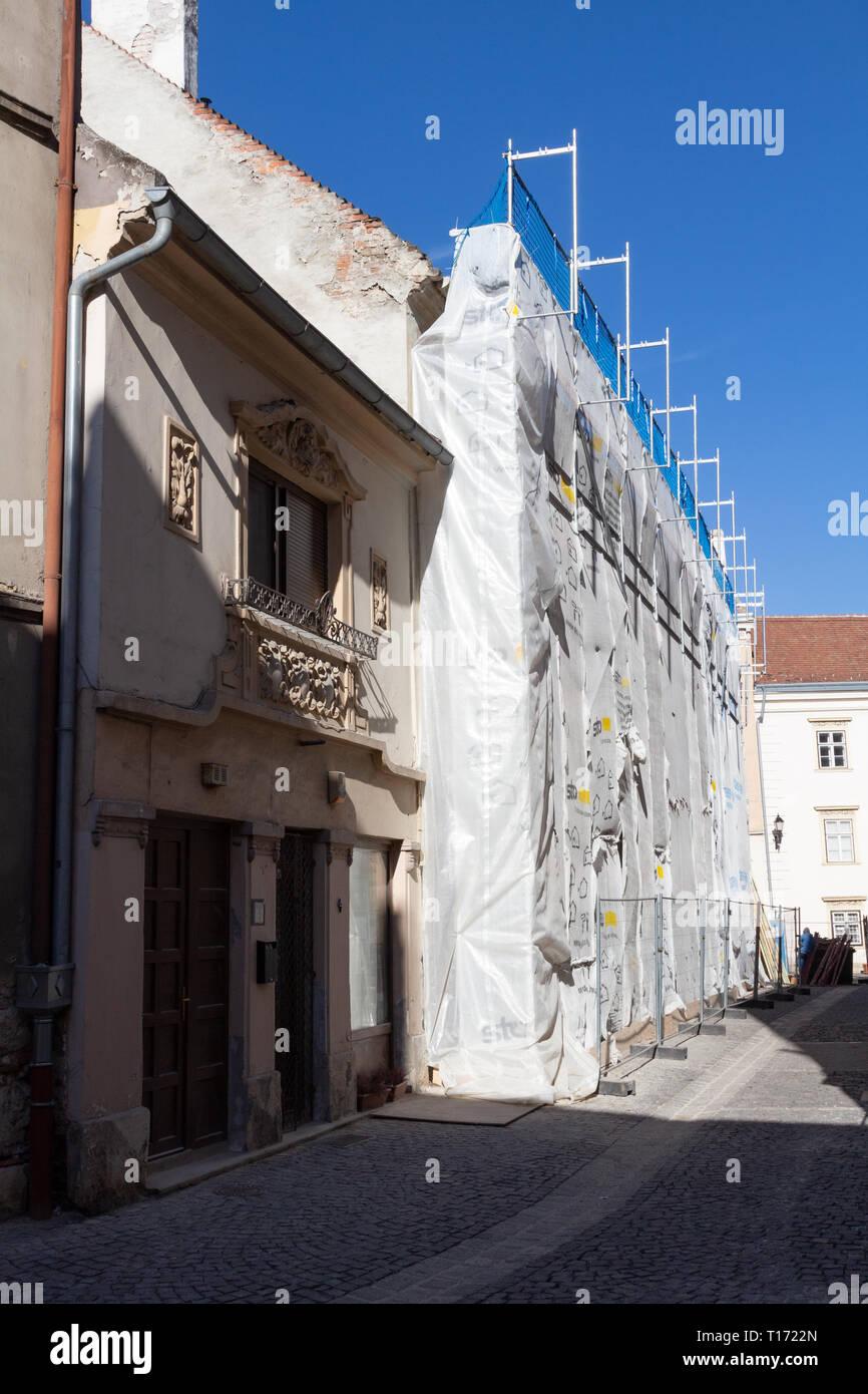 Rénovation maison ancienne à Sopron, Hongrie. Un échafaudage ...